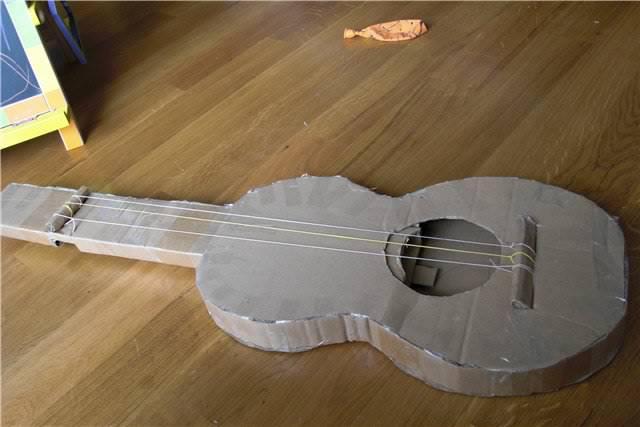 сделать гитару из картона для детей пойдет